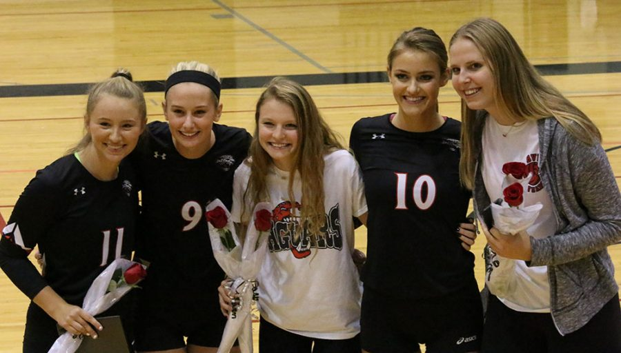 Senior+volleyball+players+and+their+managers+Annie+Dykstra+and+Hanna+Fisher%2C+pose+together+on+volleyball%27s+Senior+Night